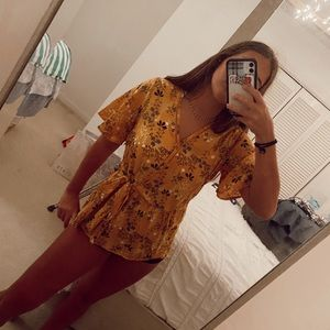 yellow floral front tie top!!🤍🤍💛